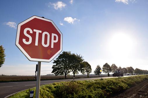 Grevenbroich「Germany, North Rhine-Westphalia, Grevenbroich, Stop sign at crossing of a country street」:スマホ壁紙(2)
