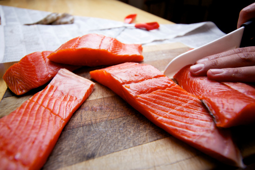 Human Hand「Wild Salmon raw fillet on cutting board」:スマホ壁紙(11)