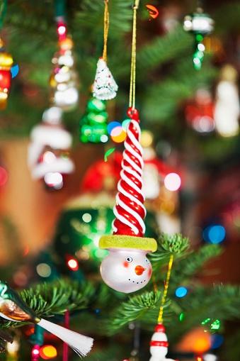 雪だるま「Ornaments Hanging From A Christmas Tree」:スマホ壁紙(7)