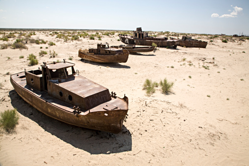 アラル海「Boats on dried-out Aral Sea, Muynak, Uzbekistan」:スマホ壁紙(1)