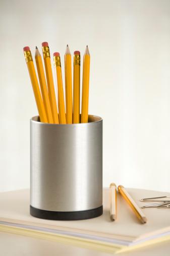 Lead「Pencils in a  pencil holder」:スマホ壁紙(19)