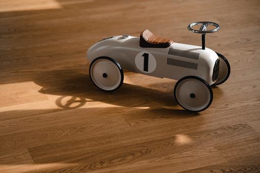Shadow「Toy car on wooden floor」:スマホ壁紙(19)