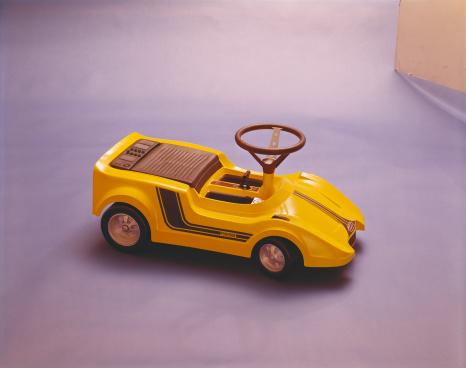 1969「Toy car on purple background」:スマホ壁紙(18)