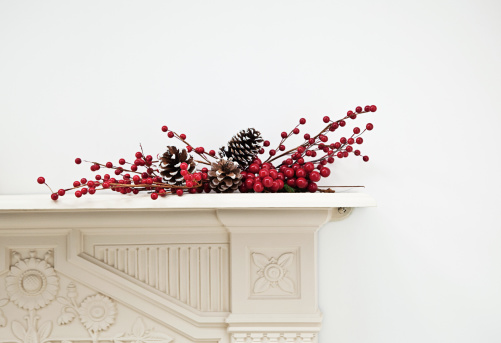 Pine Cone「Festive display on mantlepiece」:スマホ壁紙(2)