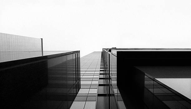 Looking up at a glass skyscraper:スマホ壁紙(壁紙.com)