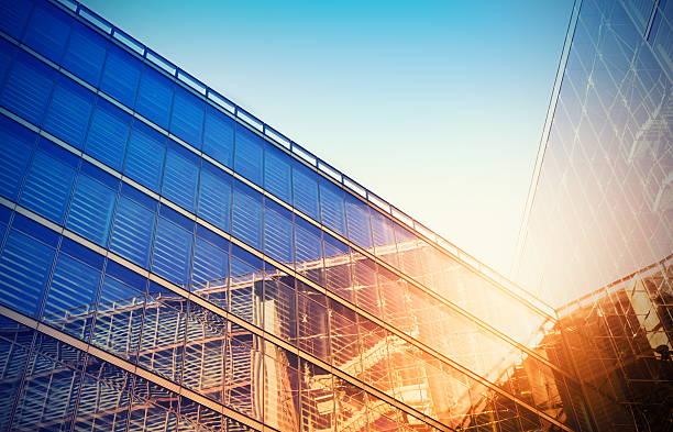 Looking up at a modern glass building:スマホ壁紙(壁紙.com)