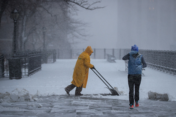 Shovel「Massive Snowstorm Brings Up To Foot Of Snow To Large Swath Of Northeast」:写真・画像(0)[壁紙.com]