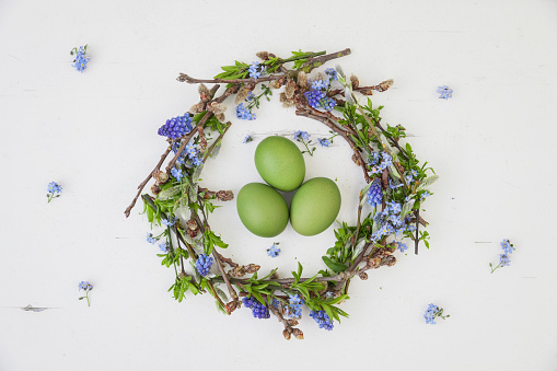 Easter「Self-made Easter wreath and green dyed eggs on white ground」:スマホ壁紙(4)