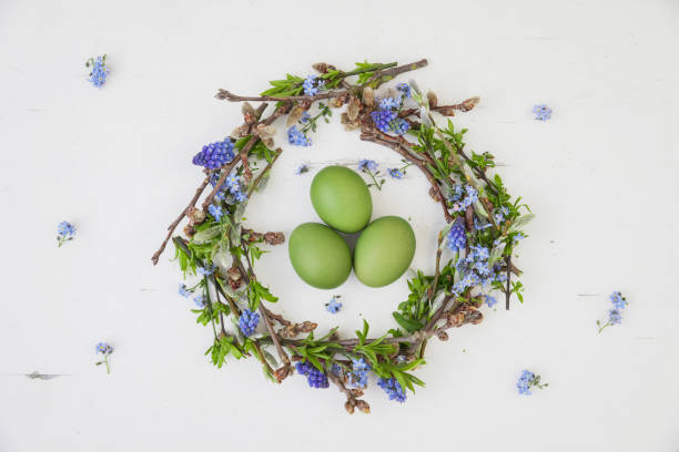 Self-made Easter wreath and green dyed eggs on white ground:スマホ壁紙(壁紙.com)