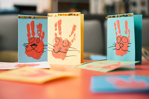 Easter Bunny「Self-made Easter bunny cards with handprints on a table」:スマホ壁紙(8)