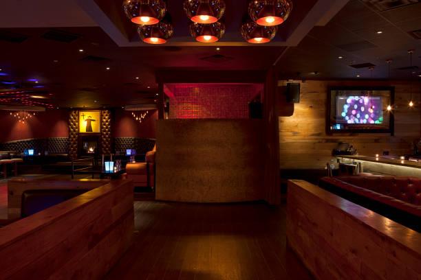 Tables and booths in empty nightclub:スマホ壁紙(壁紙.com)