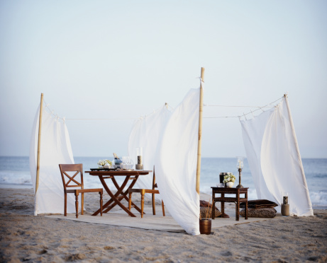 Table For Two「Tables and chairs on beach,  champagne in bowl with ice」:スマホ壁紙(8)