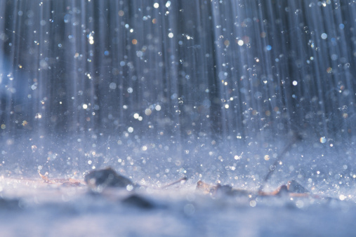 Droplet「Rain falling on ground」:スマホ壁紙(1)