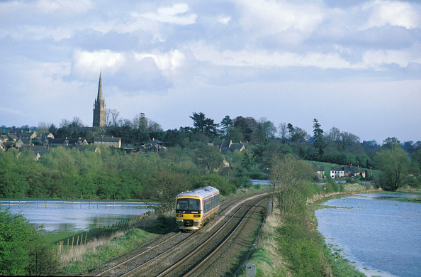 Torrential Rain「Easter Monday 1998 sees the Cherwell Valley around Kings Sutton flooded by days of rain but this Chiltern Turbo service still runs with its train from London」:写真・画像(3)[壁紙.com]