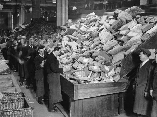 Post - Structure「Postal workers are dealing with parcels during Christmas rush, London, Photograph,1930」:写真・画像(7)[壁紙.com]