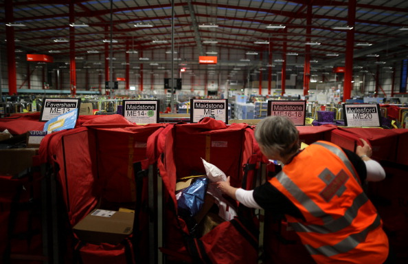 Royal Mail「Postal Workers At The Medway Mail Centre Sort Christmas Post During Their Busiest Week Of The Year」:写真・画像(7)[壁紙.com]