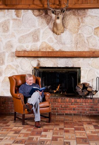 雪「Senior man reading by fireplace」:スマホ壁紙(7)