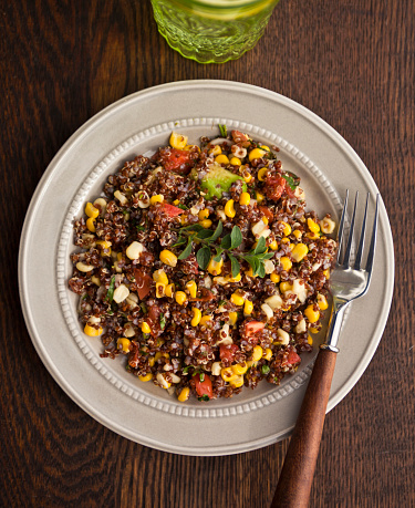 Tarragon「Heirloom tomato, sweetcorn and brown quinoa salad on a plate with a wood handle fork」:スマホ壁紙(0)