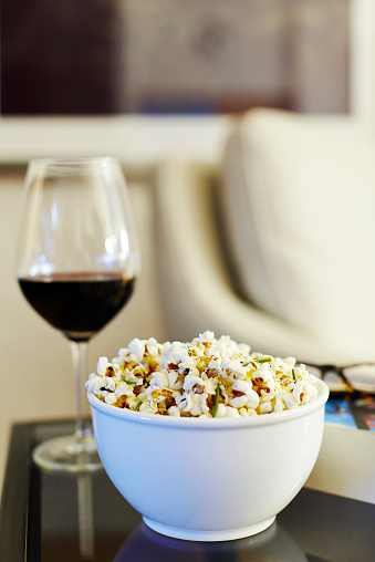 Focus On Foreground「Bowl with gourmet popcorn and a glass of red wine」:スマホ壁紙(9)