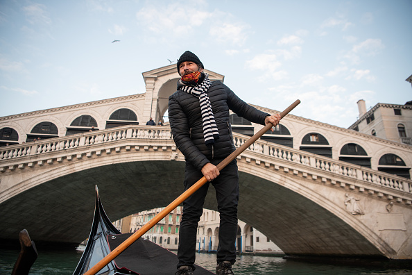 Gondolier「Venice Prepares For Christmas Mostly Empty Of Tourists」:写真・画像(1)[壁紙.com]
