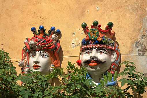 ミニチュア「Colourful porcelain figures on a wall in Ragusa, Sicily.」:スマホ壁紙(19)