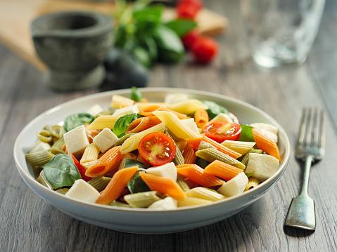 Vegetables「カラフルなペンネ パスタ モッツアレラ チーズのサラダ」:スマホ壁紙(14)