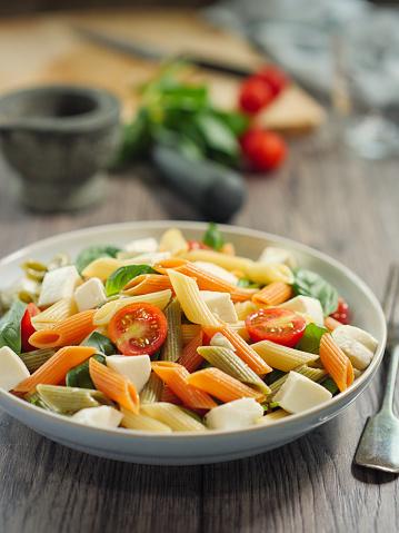 Vegetables「カラフルなペンネ パスタ モッツアレラ チーズのサラダ」:スマホ壁紙(13)
