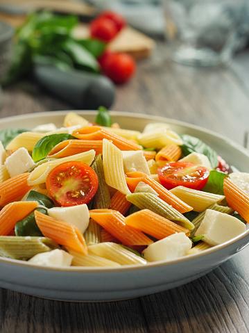 Vegetables「カラフルなペンネ パスタ モッツアレラ チーズのサラダ」:スマホ壁紙(10)