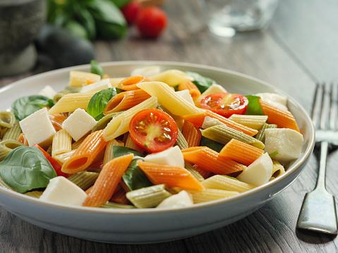 Vegetables「カラフルなペンネ パスタ モッツアレラ チーズのサラダ」:スマホ壁紙(12)