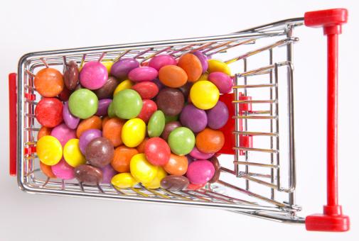 アイシング「Multi-colored candies in shopping cart, view from above」:スマホ壁紙(10)