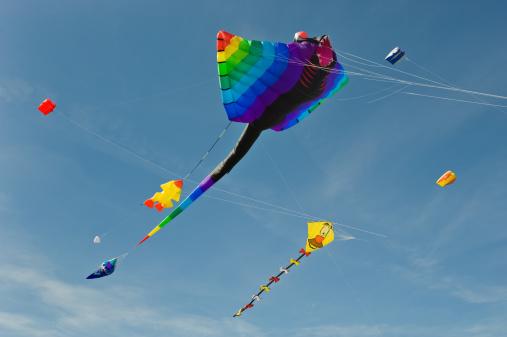 伝統的な祭り「マルチカラーの大凧アゲインストクリアブルースカイ」:スマホ壁紙(14)