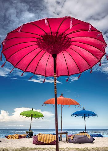 バリ島「Multi-colored umbrellas on the beach, Bali, Indonesia」:スマホ壁紙(10)