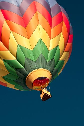 虹「鮮やかな色の熱気球で分離ブルースカイ」:スマホ壁紙(2)