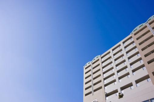 Japan「Apartment building under sky, copy space, Nishinomiya city, Hyogo prefecture, Japan」:スマホ壁紙(19)