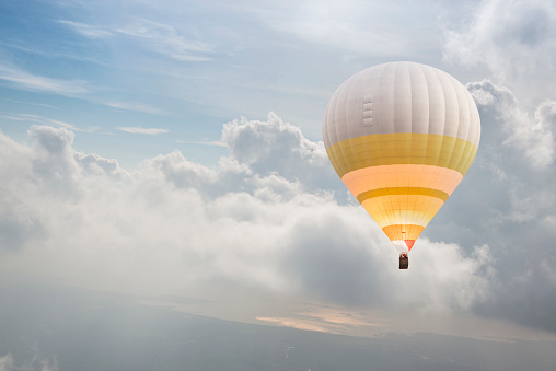 Success「Lonely hot air balloon flying above the clouds」:スマホ壁紙(14)