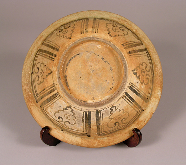 Shallow「Glazed plate made with shallow rounded sides rising from a countersunk foot」:写真・画像(4)[壁紙.com]