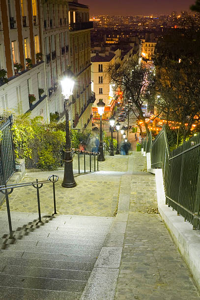 Lamplight, cafes and steep steps, Paris:スマホ壁紙(壁紙.com)