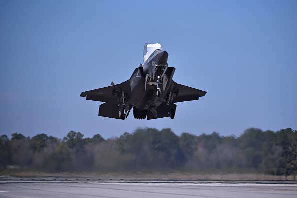 縦位置「The F-35 Lightning II Is Put Through Its Paces At MCAS Beaufort」:写真・画像(12)[壁紙.com]