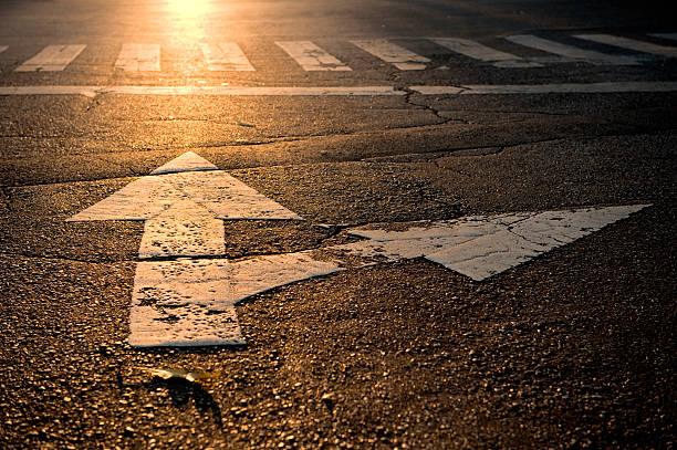 arrow on road:スマホ壁紙(壁紙.com)