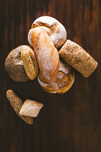 Bun - Bread「Variety of hand made breads, seeds bread, integral, load bread and rustic on wood」:スマホ壁紙(7)