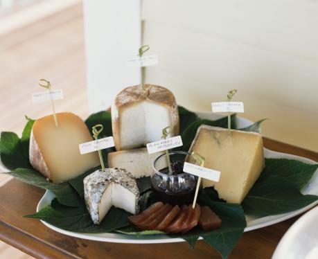 カリン「Variety of cheeses on platter」:スマホ壁紙(3)