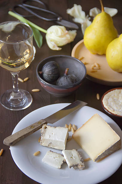 Variety of cheese, wine, pears, figs and pine nuts:スマホ壁紙(壁紙.com)