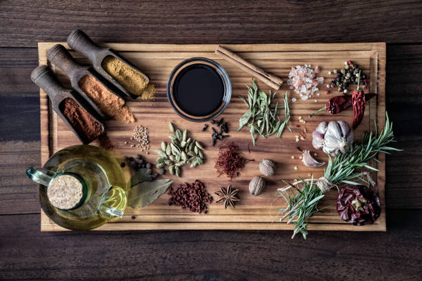 Variety of allspice ingredients and condiments for food seasoning on cutting board in old fashioned kitchen:スマホ壁紙(壁紙.com)