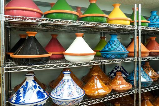 Pottery「Variety of pots on shelf in store」:スマホ壁紙(14)
