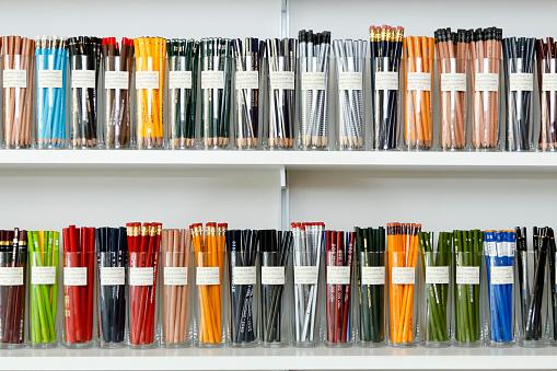 Arrangement「Variety of pencils in cups on store shelves」:スマホ壁紙(7)