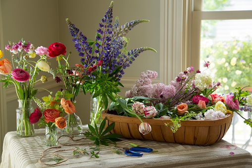 Flower Shop「Variety of flowers on table and vases with window」:スマホ壁紙(6)