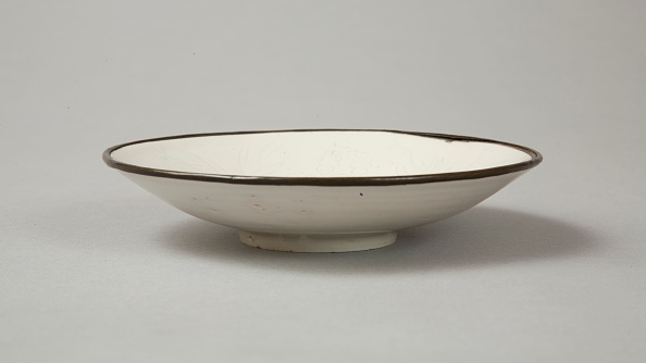 Decoration「Small Ding-type bowl with incised peony scroll and dragon, 20th century」:写真・画像(10)[壁紙.com]