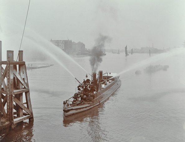 Physical Geography「The 'Beta' Fire Float With Hoses, River Thames, London, 1910」:写真・画像(14)[壁紙.com]