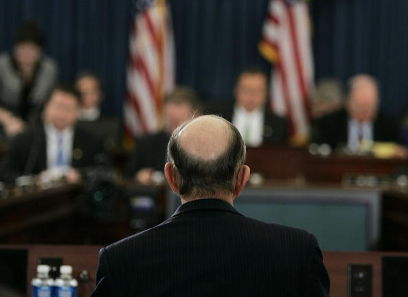 Focus On Foreground「Fed Chairman Alan Greenspan Testifies On Economic Outlook」:写真・画像(0)[壁紙.com]