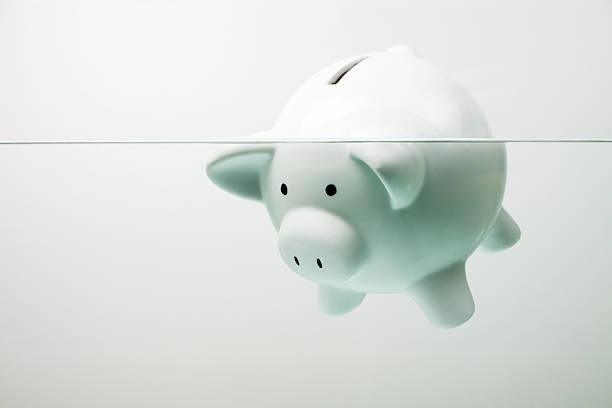 White piggy bank sinking in water:スマホ壁紙(壁紙.com)
